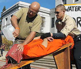 Waterboarding, źródło: www.dailymail.co.uk
