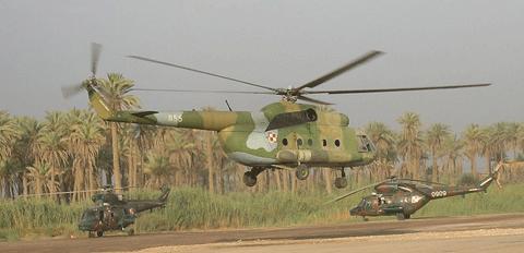 Z przodu MI-8 i dwa Sokoły z tyłu, Irak 2005 rok